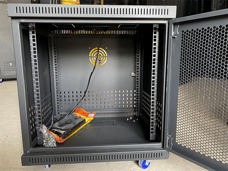 Bên trong tủ rack 10U D500 cửa lưới